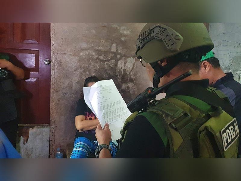 CAGAYAN DE ORO. Gibasahan sa usa ka membro sa Philippine Drug Enforcement Agency og dokumento ang target sa pagpangronda sa Brgy Balulang, dakbayan sa Cagayan De Oro kagahapon sa buntag. (Kris C. Sialana)