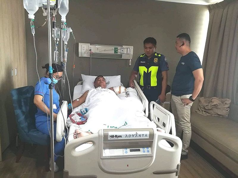 CEBU. Police Major Franco Rodulfo Oriol visited Police Corporal Eutiquio Soringa at the hospital. (Photo courtesy of Mandaue City Police Office)