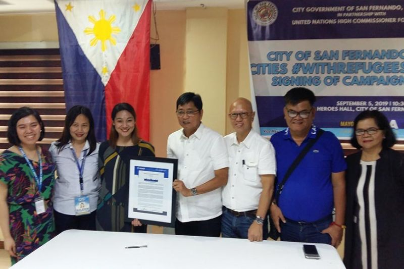 PAMPANGA. Mayor Edwin Santiago presents the Cities #WithRefugees campaign statement during the signing ceremony and orientation at Heroes Hall on Thursday, September 4, 2019. Joining him are (from left) UNHCR Protection Associate Ma. Louella Gamboa, City Social and Welfare Development Officer Aileen Villanueva, lawyer Jenny Rose Avellano-Catalo of the Department of Justice, Vice-Mayor Jimmy Lazatin, Councilor Buboy Carreon and City Health Officer Eloisa Aquino. (Photo by JTD)