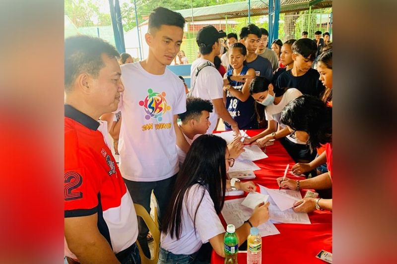 PAMPANGA. Apalit Vice Mayor Peter Nucom and Sangguniang Kabataan President Allen Dungo lead the distribution of financial assistance to public school students. (Photo by Princess Clea Arcellaz)