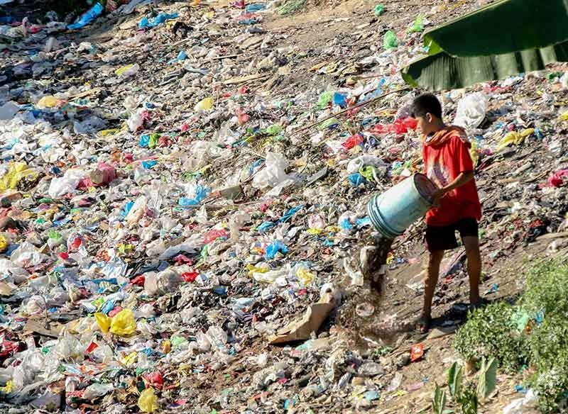DUMPING GROUND. Despite efforts to clean the Mananga River in Talisay City, some nearby residents continue to treat the waterway and its banks as their personal dumpster. (SunStar Photo/Alex Badayos)