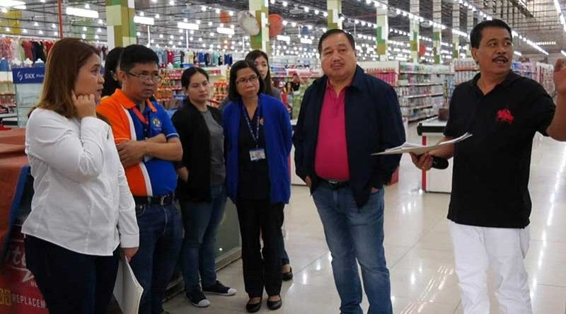 PAMPANGA. Mayor Darwin Manalansan asks the Chuzon Task Group led by DILG Director Myrvi Fabia to fast track the inspection and assessment of the structural integrity of Chuzon Supermarket in Floridablanca for the possible reopening of its selling area which was given the permit to operate. (Photo courtesy of Daniel Ombina)