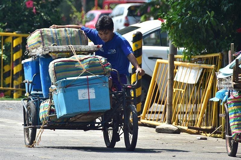 Sa hulagway makita ang pagpaningkamot aron mabuhi lamang ning ibabaw sa kalibutan. Sama ning usa ka lalaki nga naningkamot og hawid sa mga karga sa iyang bisikleta samtang nagsikad kini paingon sa ilang pwesto sa Roxas Night Market sa Davao City Dominggo sa hapon, Septiyembre 8, 2019.  Kapanaminan kini gumikan kun dunay kakugi di gayod maglisod. (Macky Lim)