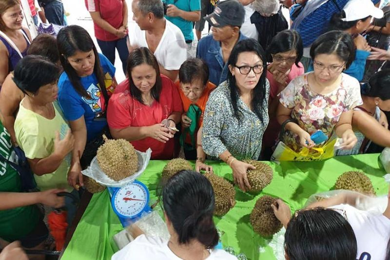 PANGASINAN. The Minda (Mindanao Development Authority) Fruit Festival rolls out in Lingayen, Pangasinan on Saturday, September 7, 2019, in front of the Municipal Hall. Some 17 tons of fruits from Mindanao were sold to the Pangasinenses. (Photo courtesy of MinDA Secretary Emmanuel Piñol's Facebook page)