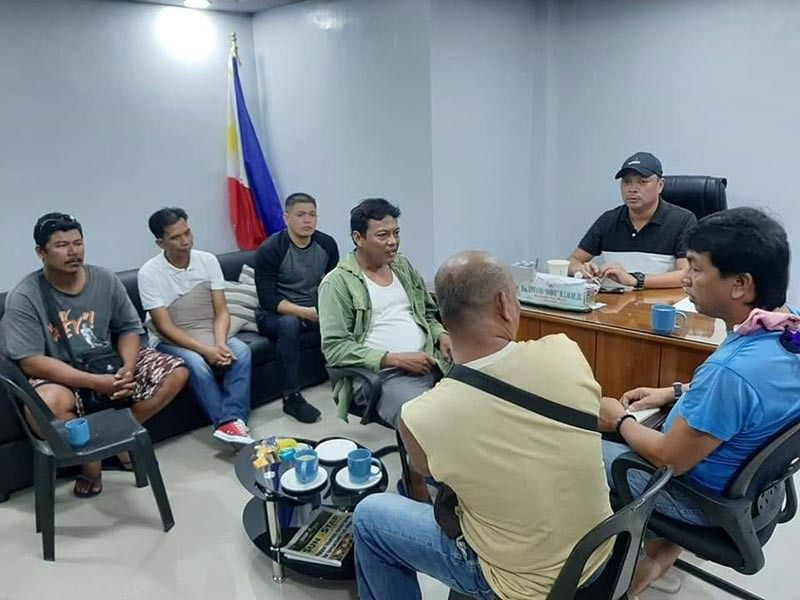 PAMPANGA. Vice Mayor Epifanio Lacap Jr. asks Joda officials operating in Masantol to stop engaging in trip-cutting activities that cause inconvenience to passengers. Joining him (standing) are Councilors Botong Sunga and Carlito Viray. (Princess Clea Arcellaz)