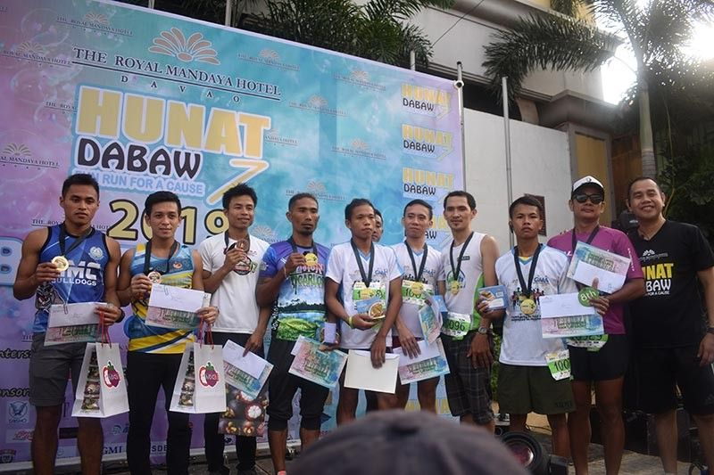 DAVAO. Arlan Arbois, Jr., left, joins other top finishers of the Hunat Dabaw 7 Bubble Run for a Cause during the awarding rites led by The Royal Mandaya Hotel general manager Benjamen Banzon, Jr., right. (TRMH photo)
