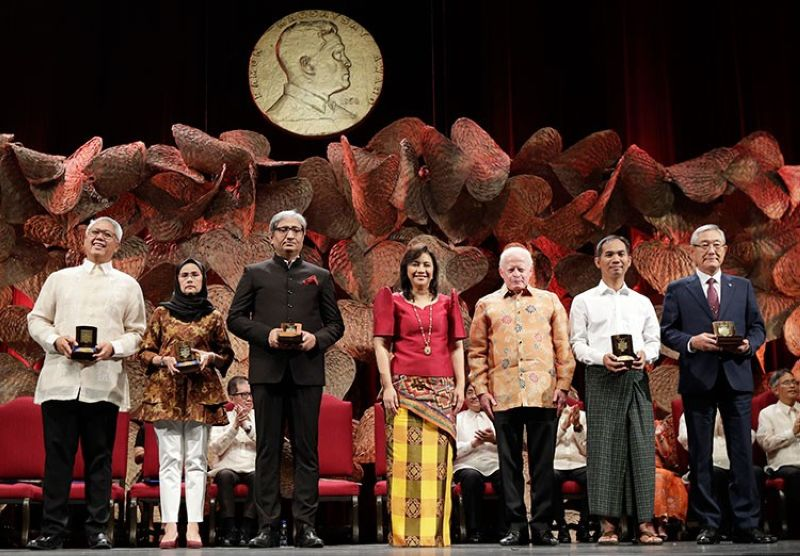 MANILA. Vice President Leonor Robredo (center) and Ramon Magsaysay Chair of  Board of Trustees Jose Cuisia Jr. (3rd from right) pose with this year's Ramon Magsaysay awardees (from left) Filipino Raymundo Pujante Cayabyab, Thai Angkhana Neelapaijit, Indian Ravish Kumar, Burmese Ko Swe Win and South Korean Kim Jong-Ki during ceremonies in Manila, Philippines Monday, September 9, 2019. (AP)