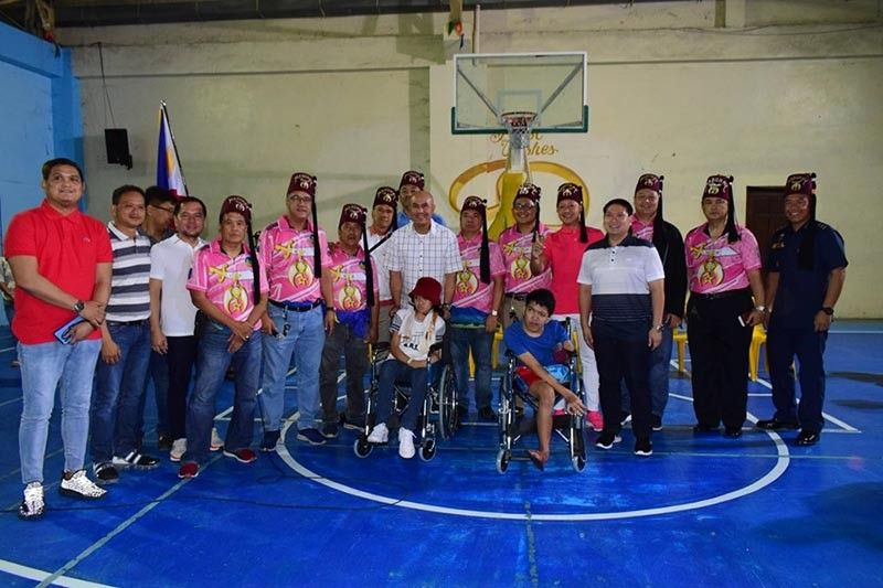 PAMPANGA. Members of the Mount Arayat Shriners Club of the Freemasonry fraternal organization, led by their president Francis Dimaliwat, turn over 10 wheelchairs to Mabalacat City officials. The wheelchairs were donated to crippled children residing in the city. (Contributed photo)