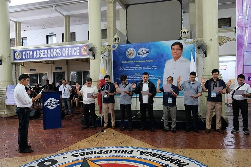 PAMPANGA. Mayor Edwin Santiago leads the oathtaking of the first set of officers of the all-men organization dubbed
