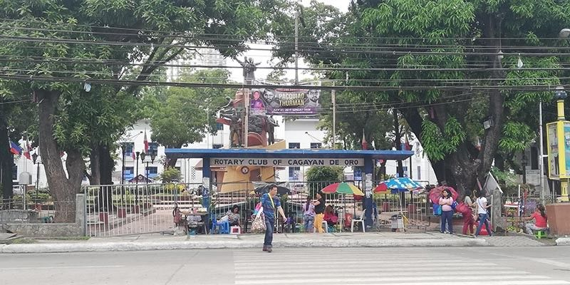 CAGAYAN DE ORO. Ambulant vendors opted to sell outside the fenced part of the Capitol park. There is still no clear date when the recreational park will be opened. (PJ Orias)