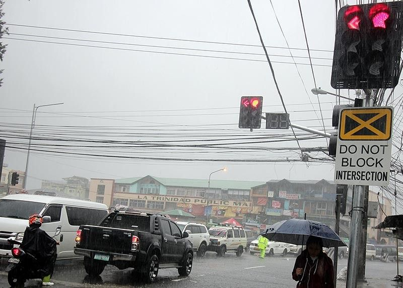 FUNCTIONING. With the installation of the first traffic light along Halsema Highway, La Trinidad officials wants to fine motorists disobeying the stop light at the junction of Km. 5 and Pico Road. Photo by Jean Nicole Cortes