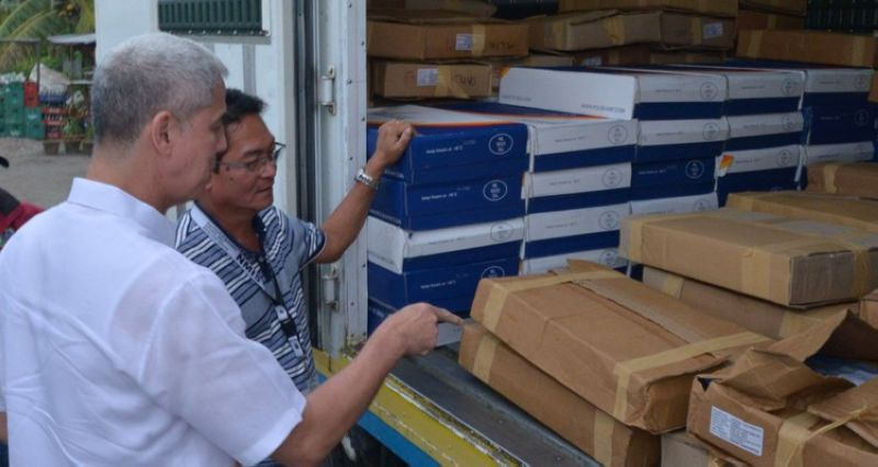 Governor Bong Lacson together with the members of the African Swine Fever (ASF) Provincial Task Force personally checked the intercepted undocumented (illegal) shipment of around three tons of pork products from Germany at BREDCO Port in Bacolod City, September 11. <B>(Photo grabbed from Provincial Government of Negros Occidental Facebook)</B>