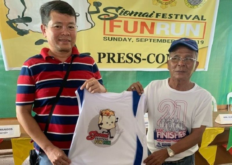 CEBU. Si Konsehal Joel Alcazaren, ang Siomai Festival 2019 Overall Chair ug si Joe Deresas, race director ug event organizer sa Siomai Festival Fun Run 2019. (L-R)
