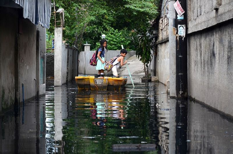 CEBU. For a month now, residents of this part of Sunrise Village in Pardo, Cebu City have been leaving their subdivision by a rubber boat, compliments of the Cebu City Government. Water from August's heavy rains has been trapped in the narrow interior road because of poor drainage. (Alan Tangcawan)