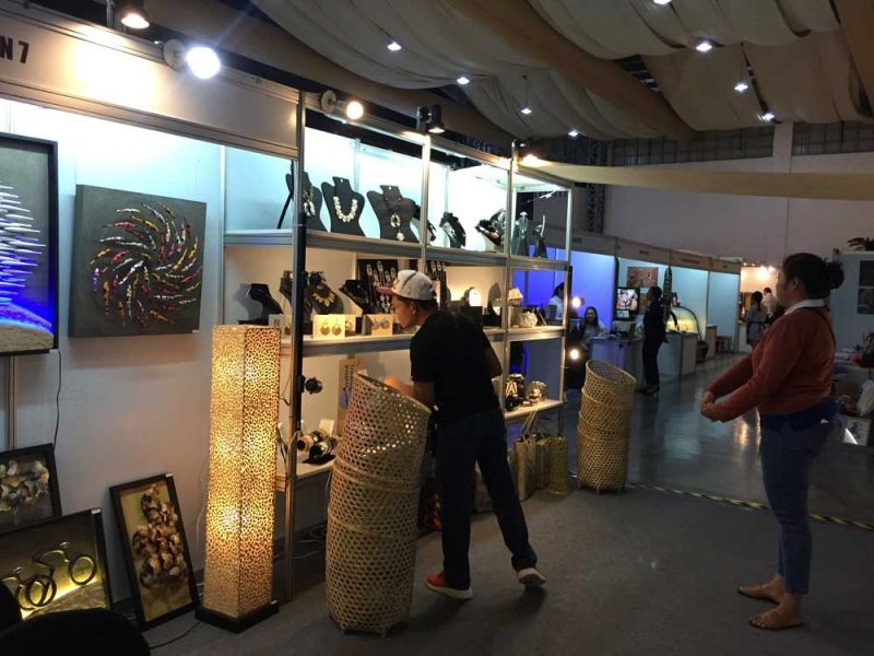DESIGN-DRIVEN CITY: Visitors check on the displayed products at the Cebu Design Week's Trade Fair and Makers Market at the IC3 Pavilion over the weekend. Exporters showcased products like furniture, fashion accessories, woven clothes, and home decors, among others.  (SUNSTAR FOTO / CARLO S. LORENCIANA)