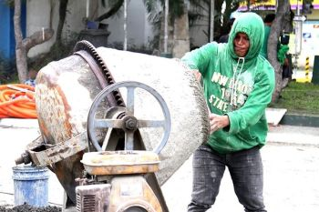 DAVAO CITY. Gipaspasan niining usa ka trabahante sa konstraksyon ang pagtimpla og semento aron ibutang sa ilang ginatrabaho nga dalan sa Roxas Avenue, Davao City. (Mark Perandos)