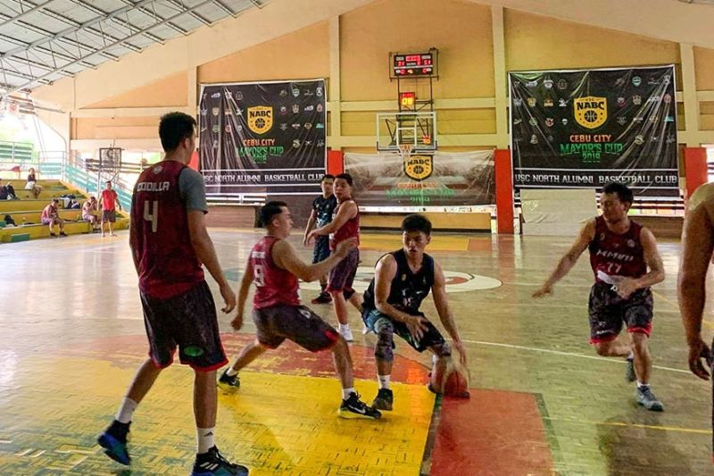 A player from the 2011 Sharks tries to penetrate the defense of 2007 Waybus in Division 3 action in the University of San Carlos (USC)-North Alumni Basketball Club (NABC) Mayor's Cup. (Contributed photo)