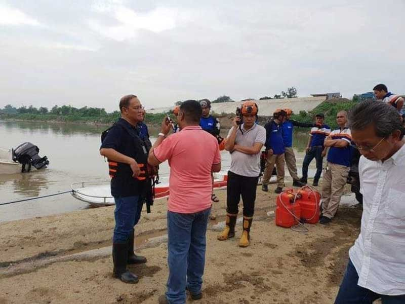 MARIKINA. Mayor Marcelino Teodoro and the Marikina City Veterinary Office and Rescue 161 inspect the Marikina River following reports of floating dead pigs. (Marikina City Rescue 161 Facebook)