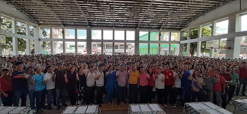PAMPANGA. Former fourth district representative Anna York Bondoc-Sagum, Board Member Pol Balingit, Candaba Mayor Rene Maglanque, Vice-Mayor Michael Sagum and councilors join municipal scholars during the recent payout held at the Candaba Trade Center. (Photo by Princess Clea Arcellaz)