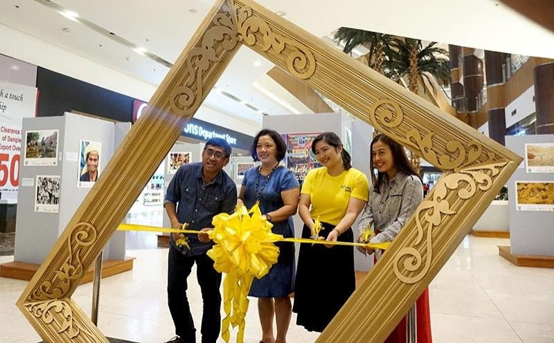 LET THERE BE LENS. Members of Lens, a group of photojournalists and videographers, open their exhibit at Robinsons Galleria in Cebu City on Monday, Sept. 16, 2019 as part of the 27th Cebu Press Freedom Week celebration. From left,  Lens president Alex Badayos, SunStar Cebu executive editor and Superbalita Cebu editor-in-chief Michelle So, Cebu Pacific corporate communication representative Michelle Lim and Robinsons Galleria senior regional operations manager Mary Adolfo participate in the ribbon-cutting ceremony to start the event. (Contributed Photo / LENS)