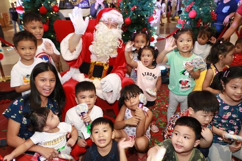 PAMPANGA. The Big Man in Red, Santa Claus, gives candies and goodies to children during Monday's (September 16, 2019) 100 days to Christmas countdown at SM City Pampanga. (Chris Navarro)