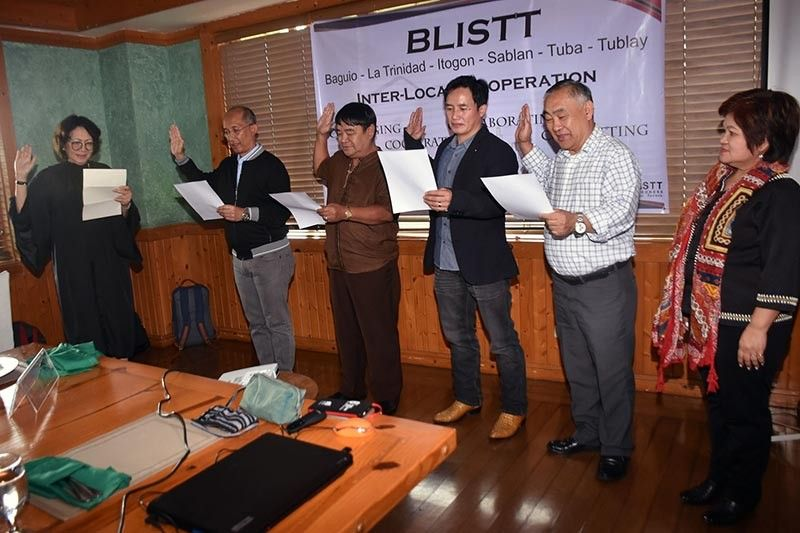 BENGUET. Judge Mia Joy Cawed administers the oath of office to the new set of officers of the Baguio-La Trinidad-Itogon-Sablan-Tuba and Tublay or the Blistt Governing Board led by Baguio City Mayor Benjamin Magalong as chairman, Itogon Mayor lawyer Victorio Palangdan as vice chair, Tublay Mayor Armando Lauro as secretary, La Trinidad Mayor Romeo Salda as treasurer and Sablan Mayor Manuel Munar and Tuba Mayor Clarita Salongan (not in the photo) as members. Also present was Neda-Car director Milagros Rimando who stands as the secretariat of the board. (Photo by Redjie Melvic Cawis)