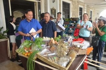 ILOILO. Governor Arthur Defensor Jr. and Asst. Provincial Agriculturist Elias Sandig view the organic agricultural products on display at the entrance of Casa Real as part of the Regional Organic Agriculture Congress Trade Fair and Exhibits, which will run until Friday, September 20, 2019. (Contributed photo)