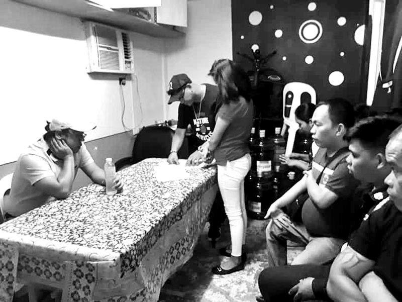 DAVAO. Mga dinakpan sa entrapment operation Miyerkules, Septiyembre 18, sulod sa buhatan sa National Bureau of Investigation-South Eastern Mindanao Regional Office. (Pinaambit nga hulagway)