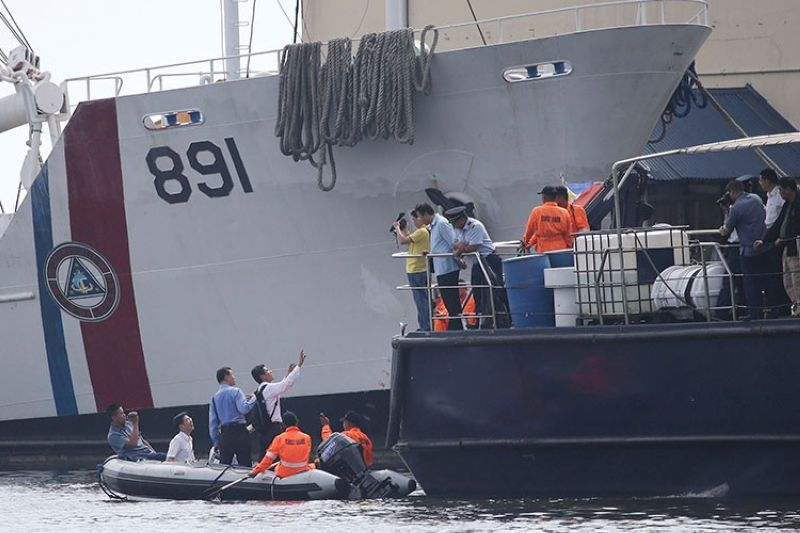 MANILA. In this May 28, 2013, file photo, Taiwanese investigators ride a rubber boat as they inspect a ship involved in the alleged shooting of a Taiwanese fisherman while they continue their probe in Manila, Philippines. (AP)