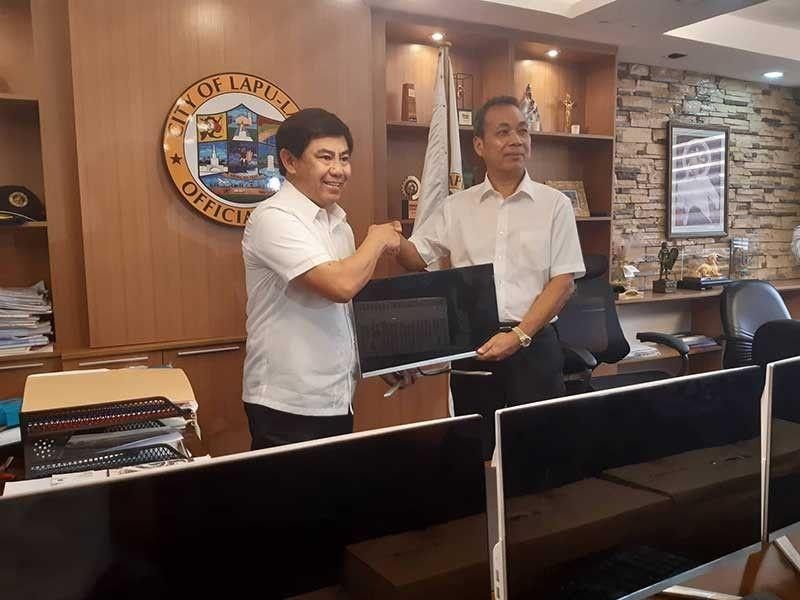 NAGKASABOT: Si Lapu-Lapu City Mayor Junard 'Ahong' Chan (wala) nilamano kang Jinjiang Vice Mayor Wang Wenhui (tuo) sa China human sa llang panagsabot. (Arvie N. Veloso)
