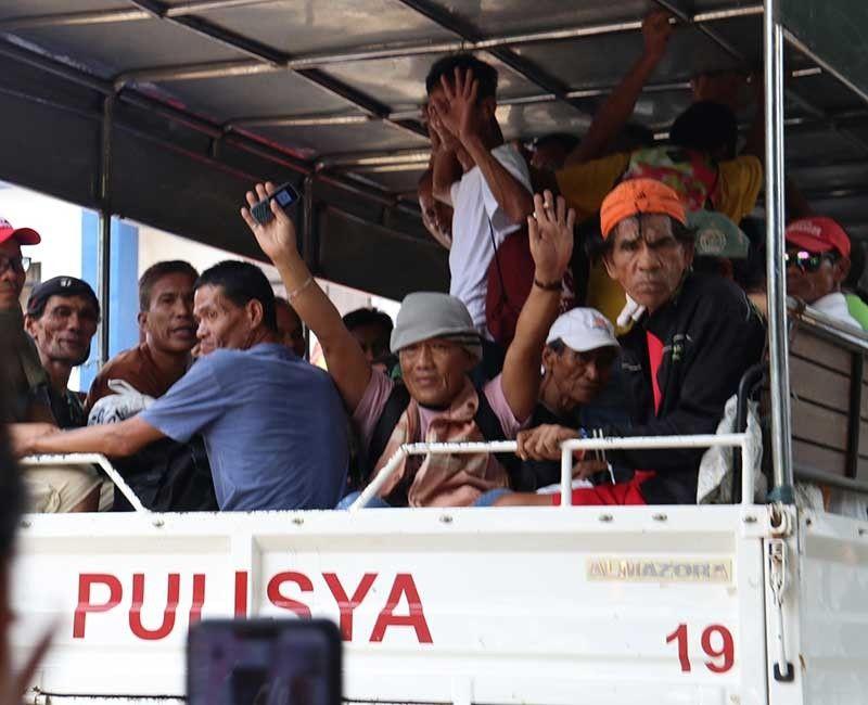 GIBYAHE: Ang mga ningtahan gidala sa Leyte Regional Prison Bureau of Corrections sa Abuyog, Leyte gikan sa CIDG 7 sa Camp Sotero Cabahug, Gorordo Ave., dakbayan sa Sugbo. (Amper Campana)