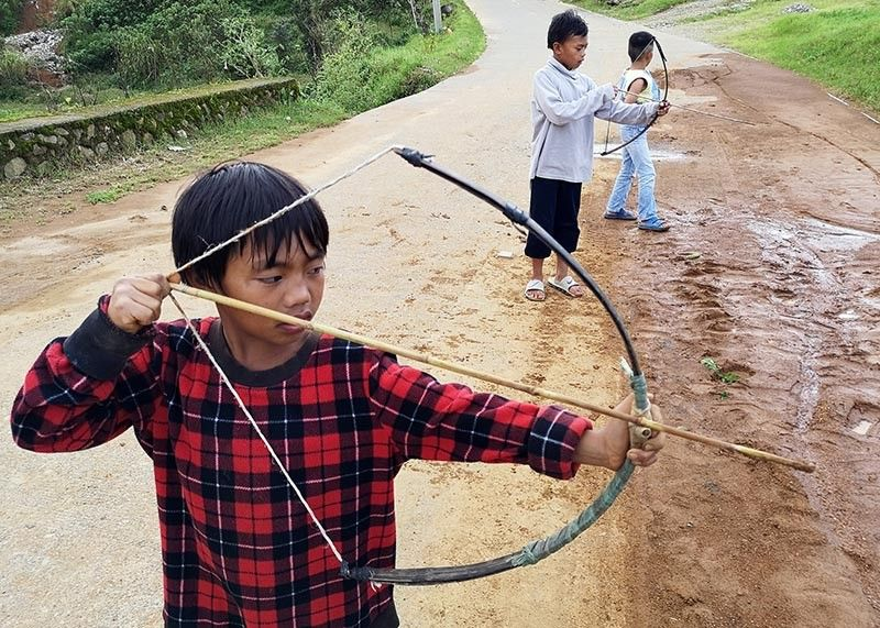 BAGUIO. Youngsters from Cabuyao, Sto. Tomas, Tuba, Benguet play with their handcrafted bow and arrows with precision shooting, a sign of early stages of good sports development for these kids. (Photo by Dave Leprozo Jr.)