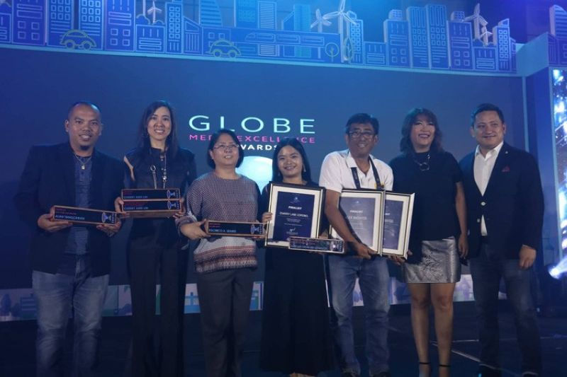 CEBU. SunStar reaps five awards in this year's Globe Media Excellence Awards. SunStar winners are (from left) Alan Tangcawan for Photo of the Year for Digital; Cherry Ann T. Lim for Editor of the Year and Explanatory/Investigative Story of the Year for Print; and Charry Lane Coronel and Alex Badayos, Explanatory/Investigative Video Story of the Year for Digital. With them is Nini B. Cabaero, SunStar Cebu Editor-in-Chief (third, from left), who received the award on behalf of Atty. Pachico A. Seares, SunStar Cebu public standards editor; Monday Gonzalez, Globe's director for corporate communication (second, from right); and Patrick Gloria, Globe's external affairs head for Visayas and Mindanao (right ). (SunStar photo/Amper Campaña)