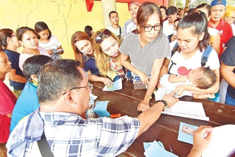 DAVAO. Mga molupyo sa Purok 55 sa Barangay Talomo sa siyudad sa Davao nakadawat og P3,000 tabang pinansiyal nga gitunol sa Davao City Social Services and Development Office didto sa San Lorenzo Ruiz Parish sa Talomo, kagahapon. (Macky Lim)