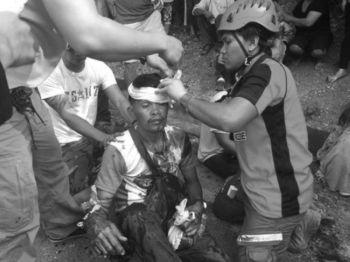 CEBU. Napulo ka mga tawo ang naangol human malimbawod ang sakay nga multicab sa Natalio Bacalso Highway sa Barangay Upper Taloot, lungsod Argao. (Photo courtesy of Kent Dalmao Rizon)