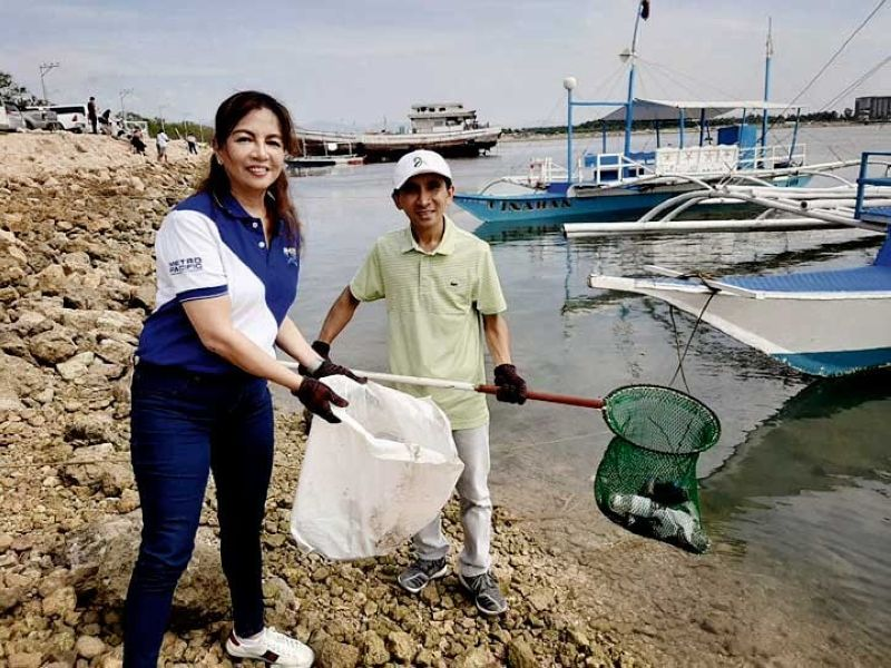 COASTLY CARE. Metro Pacific Investments Foundation president Melody del Rosario and Cordova Vice Mayor Ximgil Sitoy lead volunteers during the cleanup on Sept. 6, 2019 that collected over 1.5 metric tons of garbage from the coastal barangay of Poblacion, Cordova. (CONTRIBUTED FOTO)