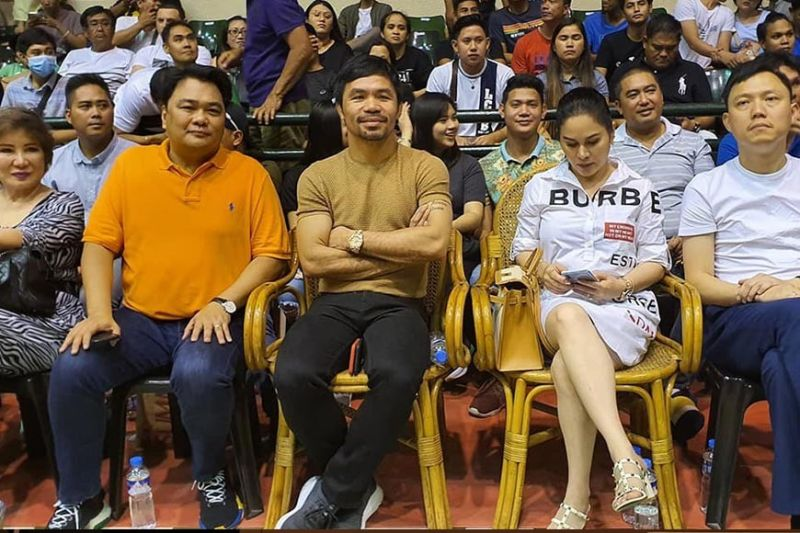 BACOLOD. Senator Manny Pacquiao (center) and wife Jinkee with Bacolod Representative Greg Gasataya at the MPBL games at USLS coliseum, September 21. (Carla N. Canet)