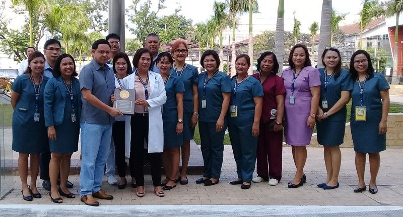 ILOILO. Aleosan District Hospital chief Dr. Paz Calopiz and her staff presented their award to Governor Arthur Defensor Jr. after the flag-raising ceremony on Monday, September 23, 2019. (Contributed photo)