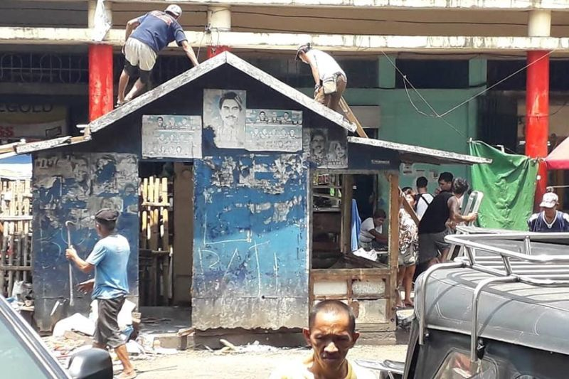 BACOLOD. Some sidewalk vendors at Central Public Market and Masamart on  Bonifacio Street, Bacolod City voluntarily remove their illegal structures. (Ernie Pineda)