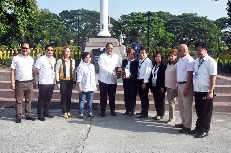 PAMPANGA. Assistant Regional Director Juliana Reyes and Medical Officer Marcela Lapid of the Department of Health-Central Luzon present the Hospital Star Award to Governor Dennis Pineda and Vice Governor Lilia Pineda on Monday, September 23, 2019. (Contributed photo)