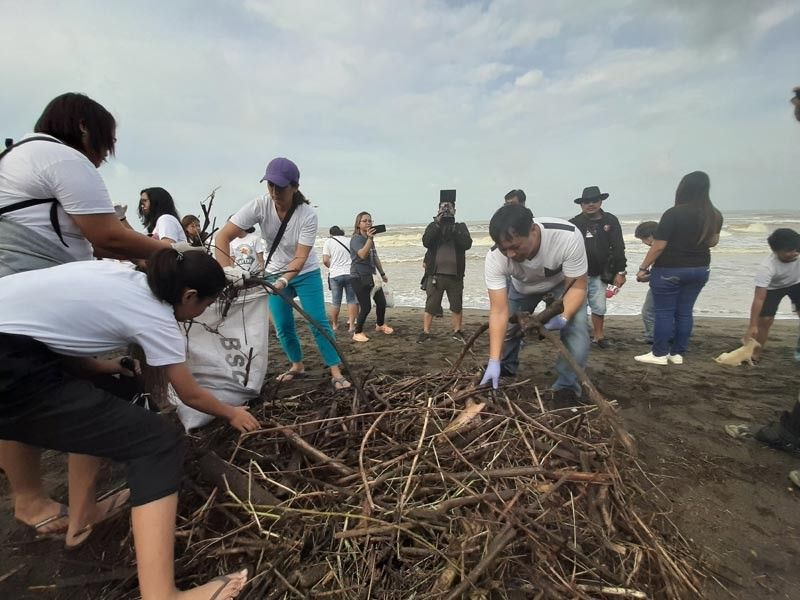 BATAAN. Bagac, Bataan Mayor Ramil del Rosario leads the clean-up drive along the town's coastal area as part of Saturday's International Coastal Clean-up Day. (Princess Clea Arcellaz)