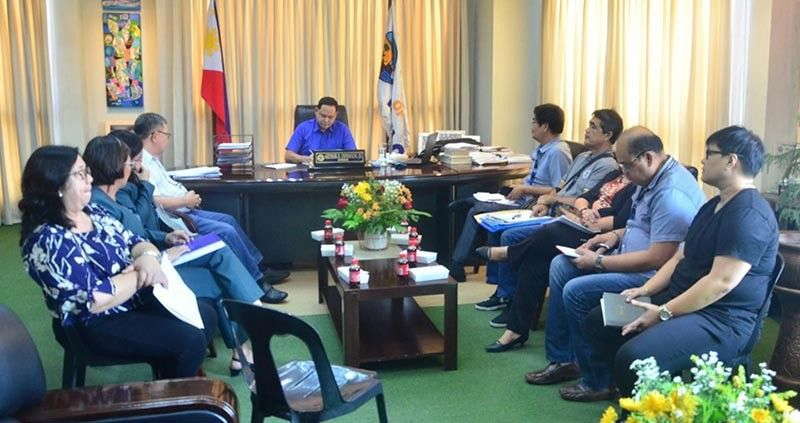 ILOILO. Governor Arthur Defensor Jr. meets with provincial government department heads and officials (PDRRMO, PSWDO, PHO, GSO, PEO, Accounting, Treasurer, Budget, Legal) involved in disaster relief operations. Governor Defensor wants to speed up the response of the provincial government especially on relief operations in times of disasters and natural calamities. (Erly Garcia/Capitol PIO)