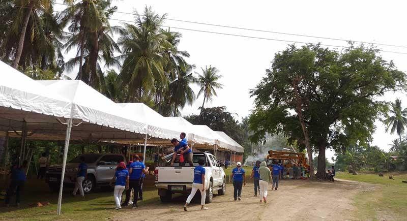 RELOCATION SITE: Ang mga kawani sa City of Naga, Cebu nag-andam sa relocation site sa Balili Property sa Sitio Sindulan, Barangay Tinaan,  Naga alang sa biktima sa landslide. (Amper Campaña)