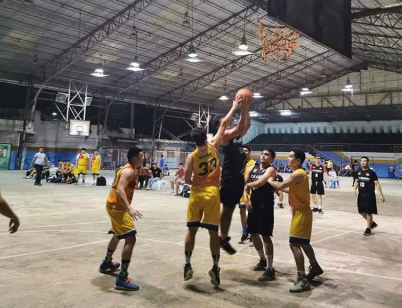 CEBU. Players from 2010 and 2018 clash inside the shaded lane in their game in the Sacred Heart Ateneo Alumni Basketball Athletic Association (SHAABAA) 2019 Cebu Landmasters Cup on Wednesday night, September 25. (Contributed photo)
