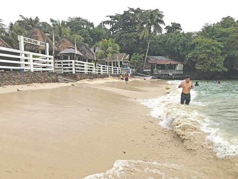 BEACH FRONT: Kon mosuroy ka sa Western Visayas, ilabi na sa Guimaras diin sa southern municipality nga ang Nueva Valencia adunay nagpahipi nga island's go-to-beach ang Alobijod Cove. (Hulagway kuha ni Philip A. Cerojano)