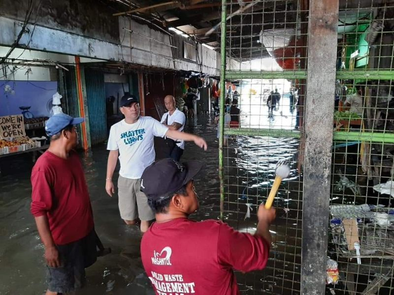 PAMPANGA. Masantol Vice Mayor Epifanio Lacap Jr. facilitates the dismantling of road obstructions in the flooded public market in compliance to the DILG MC 2019-121. (Princess Clea Arcellaz)