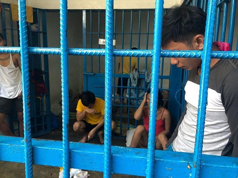 DAVAO. Nagminghoy sud sa selda sa San Pedro Police Station ang gitudlong primary suspect kinsa kauban sa mga batan-on nga nidunggab-patay sa 32-anyos nga nagdula og mobile legends sa Kasilak, Barangay 76-A, Bucana Davao City, Biyernes sa kaadlawon, Septyembre 27, 2019. (Jeepy P. Compio)