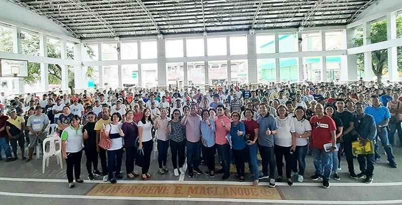 CANDABA. Mayor Rene Maglanque, Vice Mayor Michael Sagum, municipal councilors and DA officials led Municipal Agriculture Officer Celedonia de Leon are joined by Candabeño farmers during the recent orientation on expanded survival and recovery program held at the Candaba Trade Center. (Princess Clea Arcellaz)