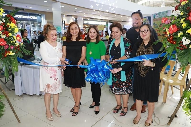 PAMPANGA. (L-R) Agnes Romero, Architect Janine Canda, Department of Tourism regional director Carol Uy, Dr. Lou Javier, architect Hermel Gulapa and city tourism officer Ching Pangilinan cut the ribbon signaling the launch of Tourism Week in the City of San Fernando. (Chris Navarro)