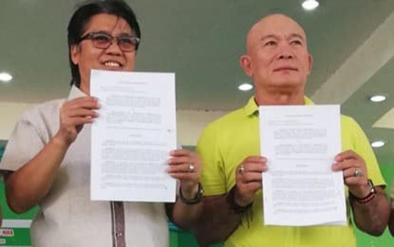 NEGROS. National Anti-Poverty Commission Secretary Noel Felongco (left) and Mayor Enrique Miravalles show their memorandum of agreement for the P3-million poverty alleviation project in Valladolid at the town covered court on Thursday, September 26, 2019. (Nanette L. Guadalquiver)
